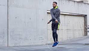 Mann beim Seil springen
